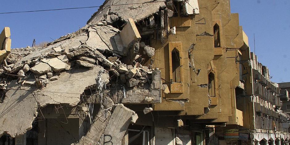 Ein durch Bombenangriffe mit Explosivwaffen zerstörtes Gebäude.