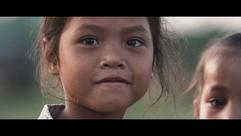 Ein kleines Mädchen schaut in die Kamera
