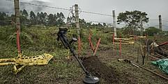 Minensuchgerätschaften sind in einem Minenfeld zusammengestellt.