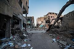 Eine zerbombte Straße, alle Gebäude sind zerstört.