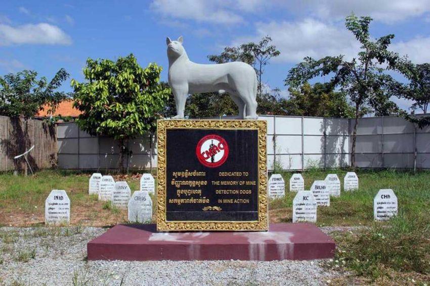 Ein Friedhof für Minensuchhunde mit einer Hundeskulptur