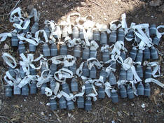 Mehrere Submunitionen liegen auf dem Boden nebeneinander.