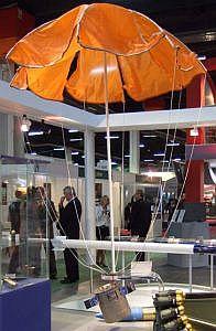 Die sensorgesteuerte Munition SMart 155 mit Fallschirm, der die Fallgeschwindigkeit bremsen soll